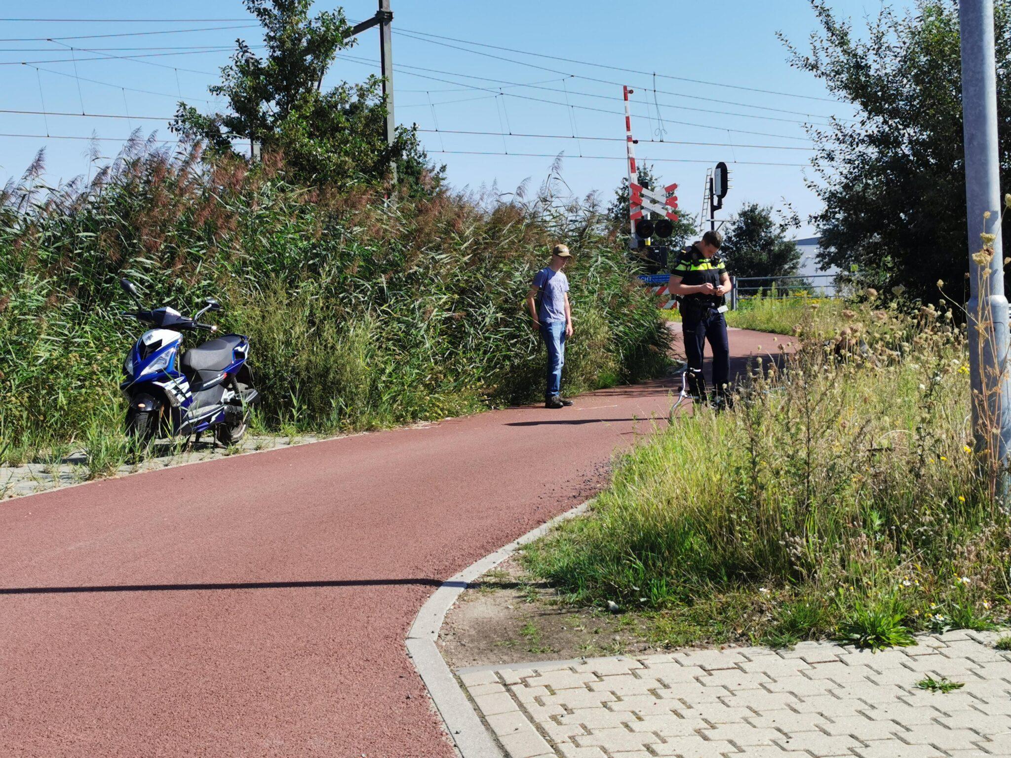 Scooter en fietser in botsing door onoverzichtelijke verkeerssituatie.