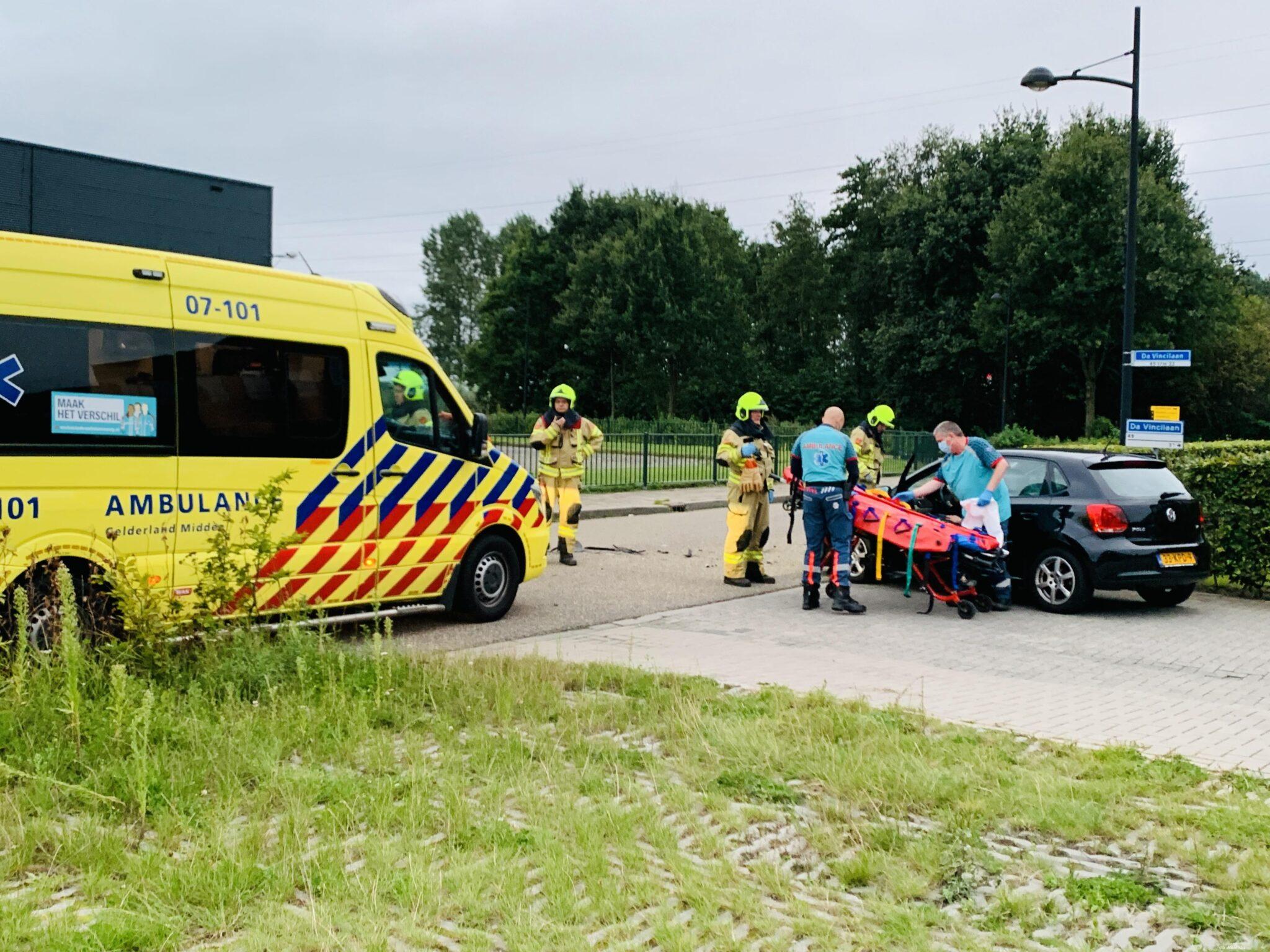 Veel schade bij botsing tussen twee auto's Ede.