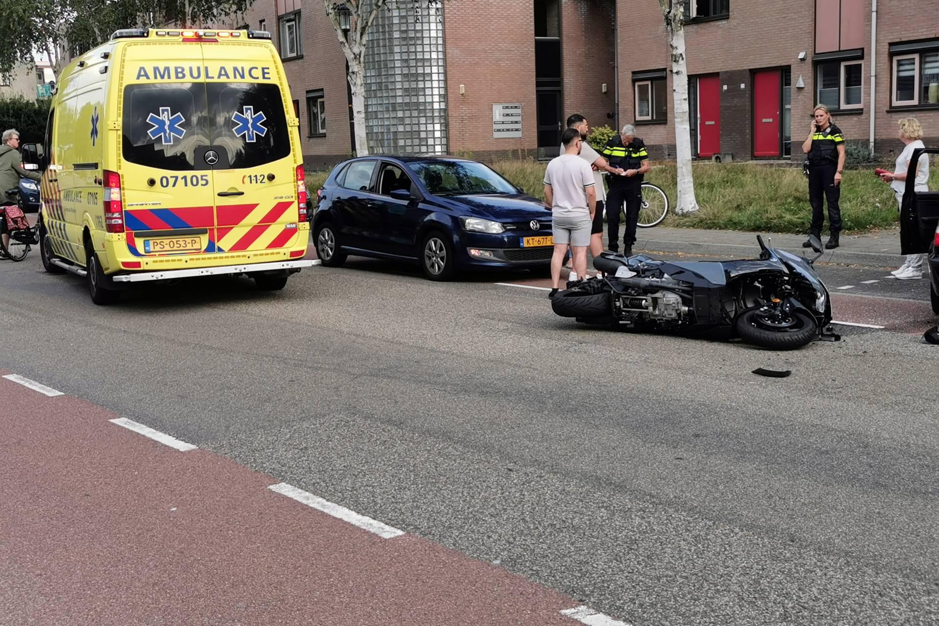 Auto komt in botsing met motor op de Veenderweg in Ede.