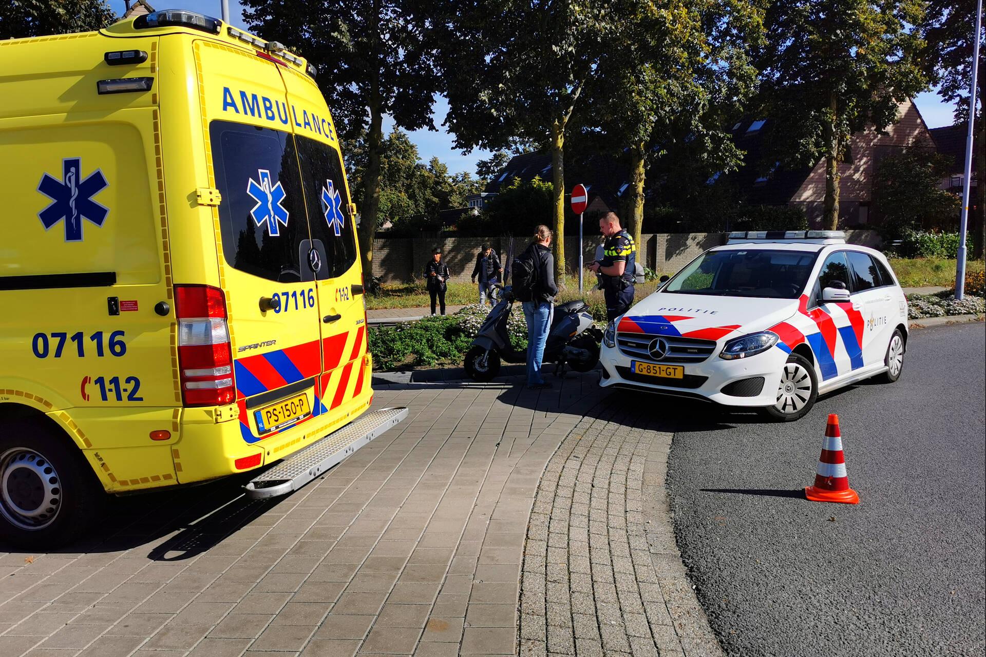 Scooterrijder aangereden door auto op rotonde in Ede.
