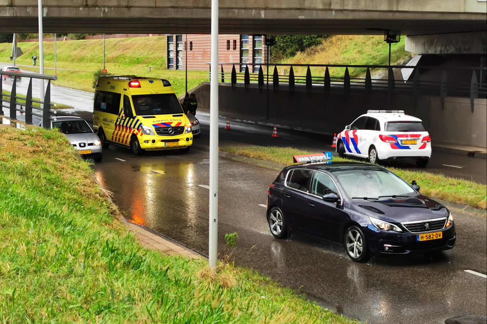Flinke verkeershinder na aanrijding onder Stadspoort in Ede.