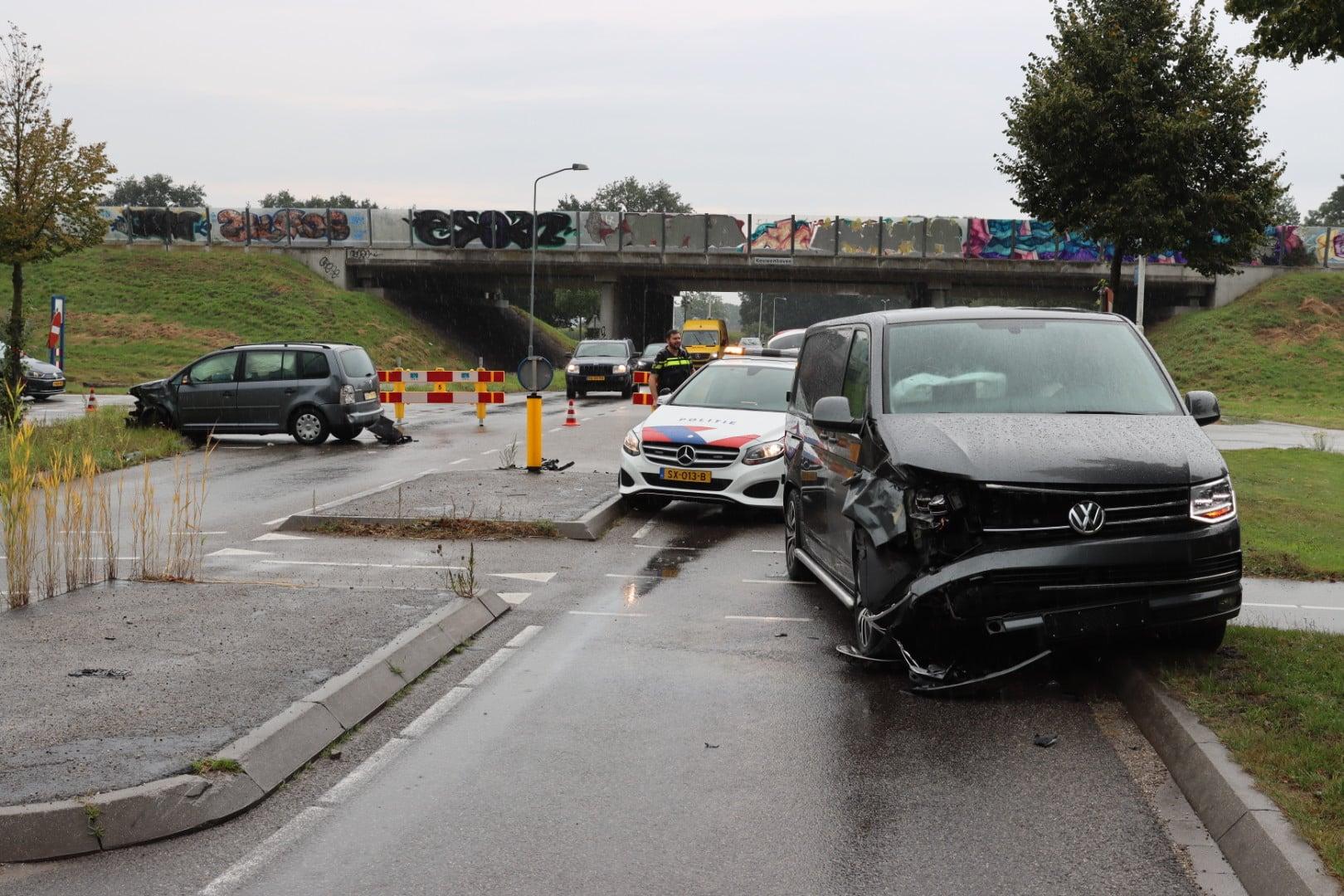 Gewonde en veel schade bij aanrijding op de Postweg in Lunteren.