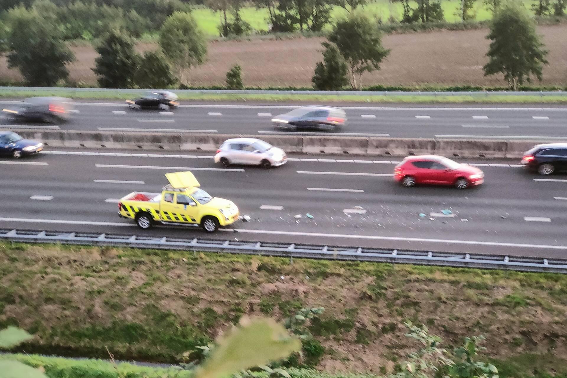 Auto van Rijkswaterstaat aangereden door vrachtwagen op de A12 bij Ede.